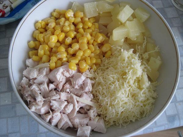 Салат грудка с ананасами с